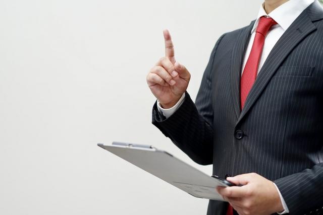 ポイントについて話すビジネスマン