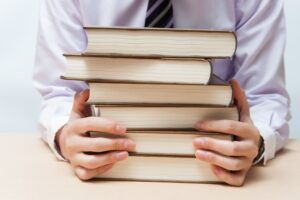 たくさんの本を読む男性